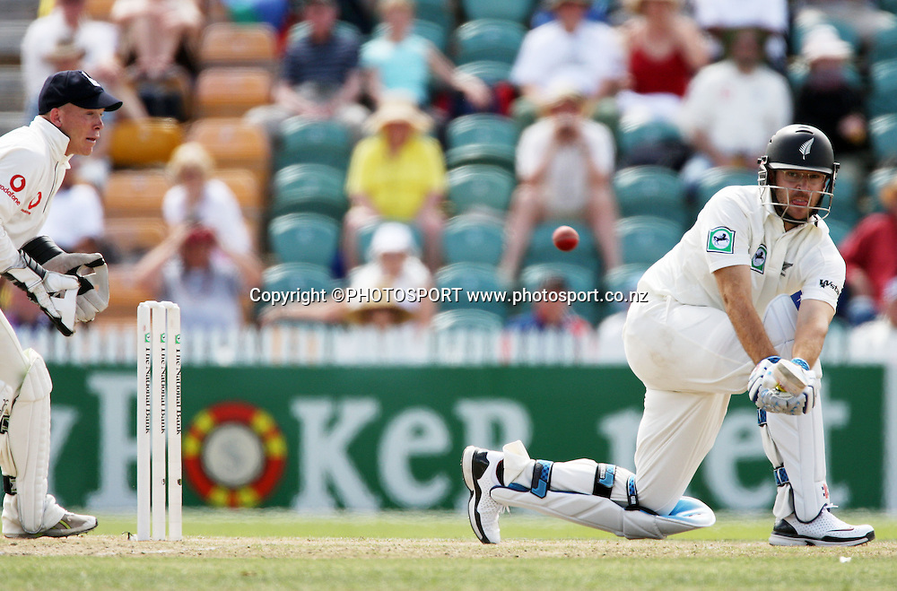 Daniel Vettori makes runs during the National Bank Test Match Series, New Zealand v England, 2nd day of 1st Test at Seddon Park, Hamilton, New Zealand. Thursday 6 March 2008. Photo: Stephen Barker/PHOTOSPORT