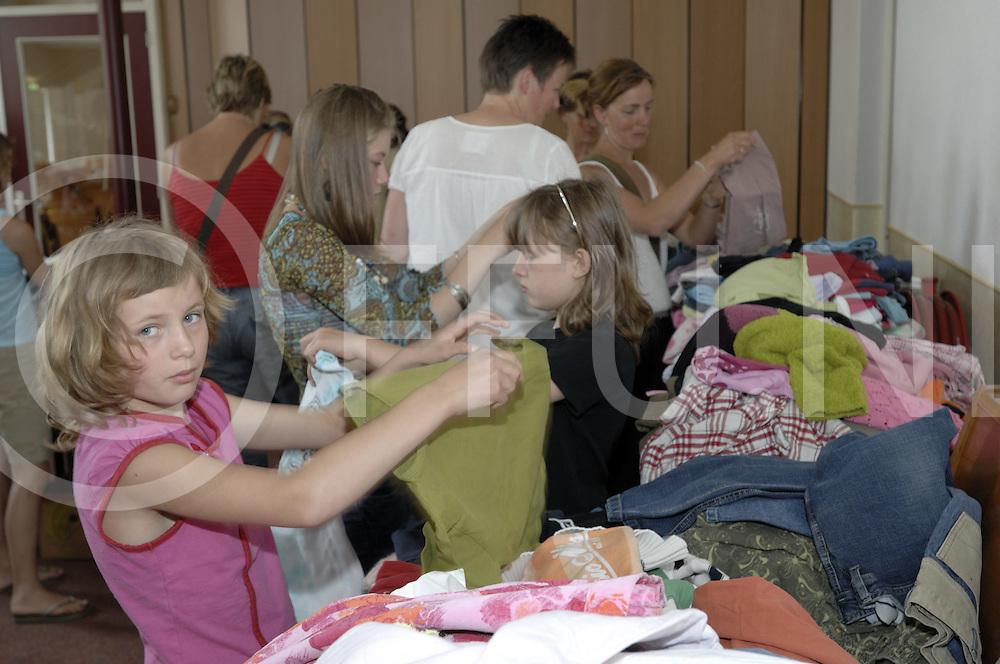 080607 nijverdal ned..Rehobothkerk, Oekraïense kinderen zoeken in de ingezamelde kleding...ffu press agency©2008frank uijlenbroek....