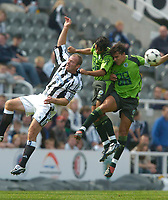 Fotball<br /> Treningskamper England<br /> 01.08.2004<br /> Foto: SBI/Digitalsport<br /> NORWAY ONLY<br /> <br /> Newcastle United v Sporting Lisbon<br /> <br /> Newcastle's Alan Shearer (L) loses out in the air to the combined efforts of Sporting's Roberto Beto (R) and Miguel Garcia