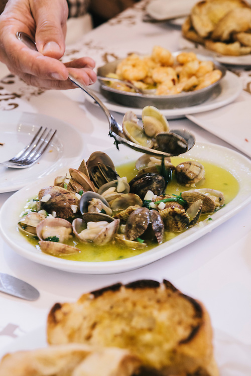 Clams in White Wine (Amêijoas à Bulhão Pato) and buttered bread at Cervejaria Ramiro, Lisbon