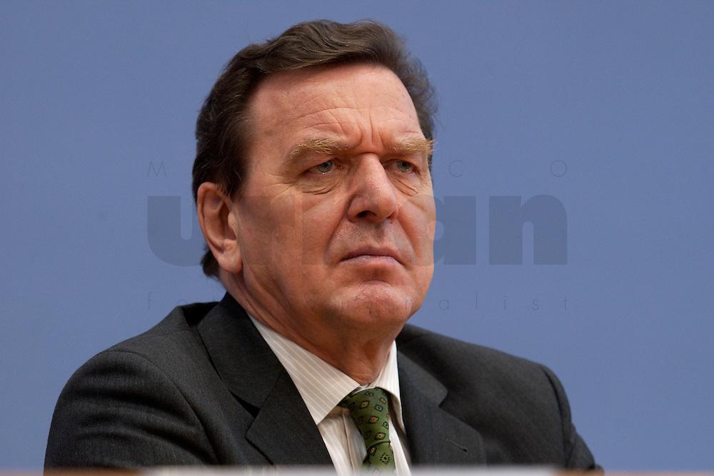 06 FEB 2004, BERLIN/GERMANY:<br /> Gerhard Schroeder, SPD, Bundeskanzler und SPD Parteivorsitzender, waehrend der Pressekonferenz zur Bekanntgabe seines Ruecktritts vom Parteivorsitz, Bundespressekonferenz<br /> IMAGE: 20040206-03-034<br /> KEYWORDS: Gerhard Schr&ouml;der, BPK, R&uuml;cktritt,