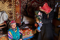 Mongolie, région de Bayan-Ulgii, transhumance d'hiver chez les nomades Kazakhs, Teleihan Hussein, 60 ans retrouve sa femme // Mongolia, Bayan-Ulgii province, winter transhumance of the Kazakh nomads, Teleihan Hussein, 60 old and his wife