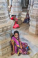 Worshipers at Ranakpur, a Jain religion temple, Rajasthan, India / Mujeres en Ranakpur, un templo de la religión Jain, Rajastán, India