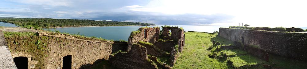 Fuerte San Lorenzo, Provincia de Colon - Panama. <br /> El fuerte de San Lorenzo constituye una de las más antiguas fortalezas españolas en América.  Esta localizado proximo a lo que fue el viejo asiento del pueblo de Chagres, en la desembocadura del Río del mismo nombre.<br /> La estructura original del Castillo de San Lorenzo era la de una fortaleza avanzada, rodeada de empaliazadas llenas de tierra que servian de muros.  Su valor defensivo radicaba en el sitio que domina una amplia extension del mar, lo que facilitaba la defensa de la desembocadura del río. Por ello se le consideró como centinela del gran triangulo estrategico del Istmo. ©Edgard Miranda / Istmophoto.com