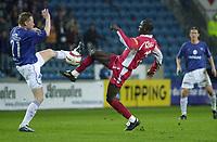 Seyi Olofinjana, Brann, Tom Henning Hovil, Vålerenga. Tippeligaen 2004: Vålerenga - Brann. 25. april 2004. (Foto: Peter Tubaas/Digitalsport)