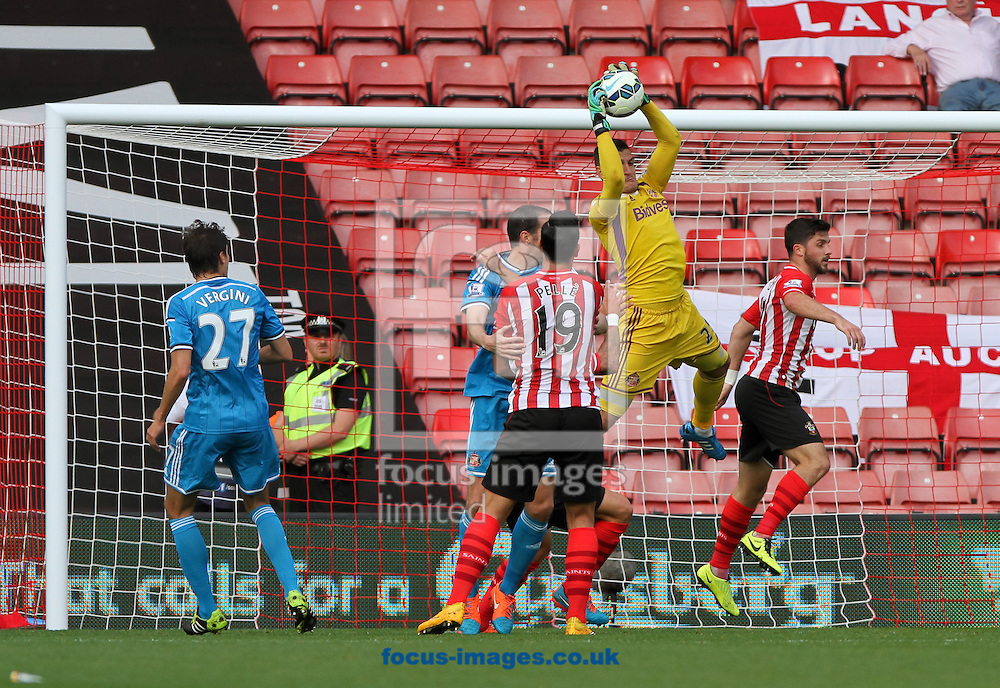 Vito Mannone (2nd right) of Sunderland makes a save during the Barclays Premier League match at the St Mary's Stadium, Southampton<br /> Picture by Tom Smith/Focus Images Ltd 07545141164<br /> 18/10/2014