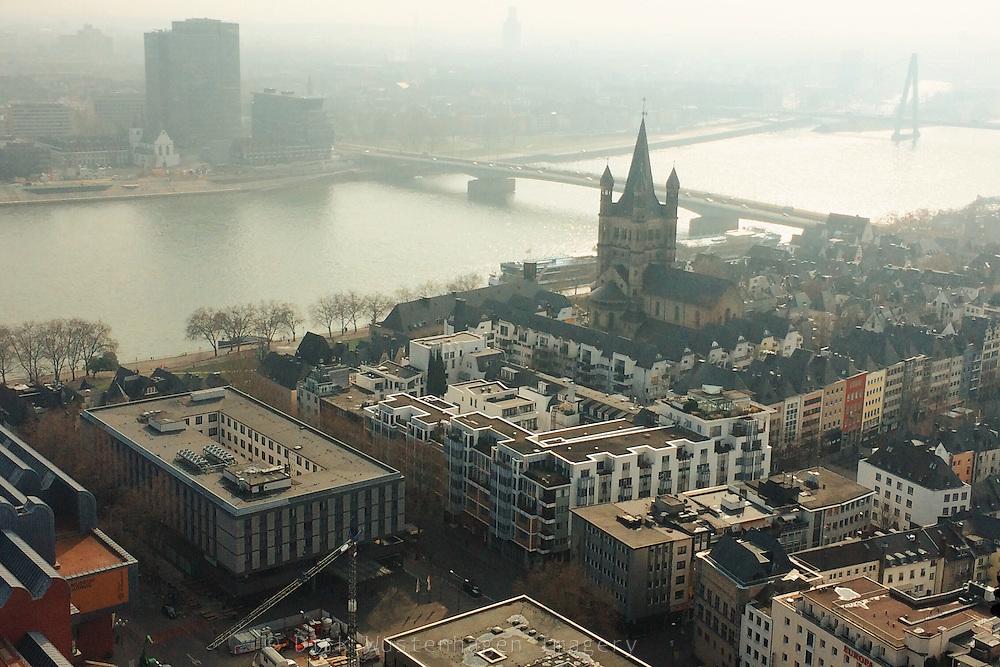 Blick auf Rhein und Kirche St. Martins, Köln, Deutschland