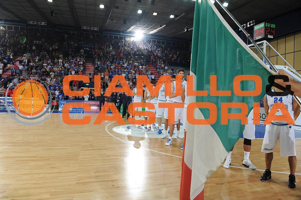 DESCRIZIONE : Bari Qualificazioni Europei 2011 Italia Finlandia<br /> GIOCATORE : team nazionale<br /> SQUADRA : Nazionale Italia Uomini <br /> EVENTO : Qualificazioni Europei 2011<br /> GARA : Italia Finlandia<br /> DATA : 08/08/2010 <br /> CATEGORIA : team nazionale inno<br /> SPORT : Pallacanestro <br /> AUTORE : Agenzia Ciamillo-Castoria/GiulioCiamillo<br /> Galleria : Fip Nazionali 2010 <br /> Fotonotizia : Bari Qualificazioni Europei 2011 Italia Finlandia<br /> Predefinita :