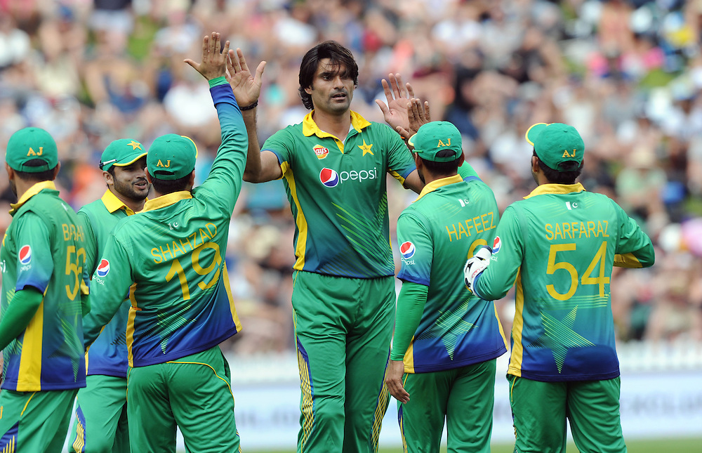 Pakistan's Mohammad Irfan with team mates after dismissing New Zealand's Mitchell Santner for 48 in the 1st ODI International Cricket match at Basin Reserve, Wellington, New Zealand, Monday, January 25, 2016. Credit:SNPA / Ross Setford