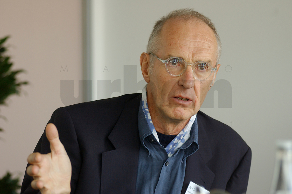 01 NOV 2002, BERLIN/GERMANY:<br /> Prof. Dr. Joachim Raschke, Politikwissenschaftler, Universitaet Hamburg, Workshop Strategien und Praxis in Wahlkampagnen, Sony Center<br /> IMAGE: 20021101-01-065