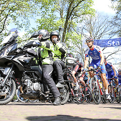 02-05-2015: Wielrennen: Ronde van Overijssel mannen: Rijssen  <br /> RIJSSEN (NED) wielrennen:  De 63e ronde van Overijssel heeft als zwaarte punt de heuveltjes rond Ootmarsum en de Sallandse heuvelrug. Net als in de ronde van Vlaanderen kent men in Overijssel het dorp van de ronde. In 2015 is de eer aan Markelo.<br /> Hij stond met zijn neus tegen het hek voor het vertrek. Als eerste weg en als eerste over de finish Jeff Vermeulen