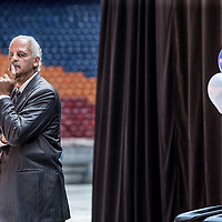 Nederland, Amsterdam, 6 juni 2016.<br /> Op maandag 6 juni 2016 organiseert stichting MaDi in samenwerking met Stedman Graham, de levenspartner van Oprah Winfrey, de 'Dag van de Sterren'. Stedman verzorgt op deze bijzondere dag een aantal inspirerende masterclasses.<br /> Daarnaast presenteren de sterren van het 'Pop-up your Life' programma van MaDi de resultaten die zij hebben geboekt. De Amsterdam ArenA biedt het decor voor genodigden die aan de masterclasses deelnemen. Nieuwe aanpak in de dienstverlening De 'Dag van de Sterren' is het vervolg op het succesvolle 'POP-Up Your Life' programma dat gestart is in 2015.<br /> In deze innovatieve aanpak werken 10 deelnemers, onder begeleiding van Stedman en MaDi medewerkers, aan een persoonlijke ontwikkelingsplan (POP). Uitgangspunt van het POP-plan is dat deelnemers vanuit hun droom werken aan hun toekomst. Deze werkwijze is vernieuwend in de benadering van cliënten in de maatschappelijke dienstverlening.<br /> Op de foto: Graham Stedman tijdens zijn speech.<br /> <br /> <br /> <br /> Foto: Jean-Pierre Jans