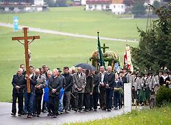 THEMENBILD - Mit einer feierlichen Messe und anschliessenden Prozession feiert die Bevölkerung der Osttiroler Gemeinde Kals am Grossglockner am Ende der Erntezeit und zum Dank für das gute Gedeihen der Feldfrüchte das Erntedankfest. Hier im Bild Teilnehmer an der Prozession, Jungbauern tragen die Erntedankkrone. Aufgenommen am, 2. Oktober 2016 // With a Mass followed by a procession celebrating the people in the Eastern Tyrolean village Kals am Grossglockner the end of harvest and thanksgiving. Recorded on Sunday October 2, 2016. EXPA Pictures © 2016, PhotoCredit: EXPA/ Johann Groder