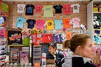 7 Novembre, 2008. Brooklyn, New York.<br /> <br /> Jessica Cecchini (destra) paga il taglio di capelli fatto alla figlia Chiara al Lulu's Cuts &amp; Toys, una parruccheria per bambini e negozio di giocattoli. La cassiera (sinistra) &egrave; Brigitte Prat, colei che ha aperto il negozio nel 2001. Park Slope, spesso definito dai newyorkesi come &quot;The Slope&quot;, &egrave; un quartiere nella zona ovest di Brooklyn, New York, e confinante con Prospect Park.  Park Slope &egrave; un quartiere benestante che ha il maggior numero di nascite, la qualit&agrave; della vita pi&ugrave; alta e principalmente abitato da una classe media di razza bianca. Per questi motivi molte giovani coppie e famiglie decidono di trasferirsi dalle altre municipalit&agrave; di New York a Park Slope. Dal punto di vista architettonico, il quartiere &egrave; caratterizzato dai brownstones, un tipo di costruzione molto frequente a New York, e da Prospect Park.<br /> <br /> &copy;2008 Gianni Cipriano for The New York Times<br /> cell. +1 646 465 2168 (USA)<br /> cell. +1 328 567 7923 (Italy)<br /> gianni@giannicipriano.com<br /> www.giannicipriano.com