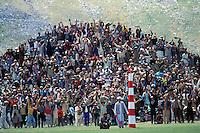 Pakistan - Le Polo des Rois - Tournoi de Polo le plus haut du monde au col de Shandur à 3800 m d'altitude entre les anciens royaumes de Chitral et de Gilgit - Le public manifeste sa joie apres que l'equipe de Gilgit ait marqué un but // Pakistan, Khyber Pakhtunkhwa, polo tournament at Shandur Pass at an altitude of 3800 m between Chitral and Gilgit team