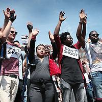 Nederland, Amsterdam, 10 juli 2016<br /> Een paar honderd mensen zijn vanmiddag op de Dam in Amsterdam bijeen gekomen om in stilte te protesteren tegen het politiegeweld in Amerika. Onder de naam Black Lives Matter trok de stoet vervolgens door de stad.<br /> &quot;Mijn initiatief was om alleen op de Dam te gaan staan met een papiertje op mijn rug&quot;, vertelt initiatiefneemster Anna Hammond.&rdquo;En&nbsp;iedereen die langs komt kon dan vragen aan mij stellen, en ik zou die vragen dan beantwoorden.&quot;<br /> &quot;Ik heb dat op mijn Facebook gepost, omdat ik dacht: ja misschien willen wel wat vrienden meedoen. En dat is viral gegaan. Ik had nooit gedacht dat er zo veel mensen op af zouden komen&quot;,&nbsp;zegt ze verrast.<br /> <br /> Netherlands, Amsterdam, July 10, 2016<br /> A few hundred people met this afternoon on the Dam in Amsterdam to protest silently against police violence in America. Under the name Black Lives Matter the procession continued through the city.&quot;My initiative was to just stand on the Dam with a piece of paper on my back,&quot; says initiator Anna Hammond. &quot;And everyone who comes along could then ask me questions, and I would answer those questions.&quot;I've posted on my Facebook, because I thought, yeah maybe do want to join some friends and that went viral. I never thought that so many people would join,&quot; She says surprised.<br /> <br /> Foto: Jean-Pierre Jans