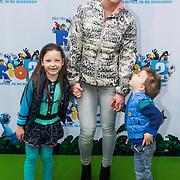 NLD/Amsterdam/20140406 - Inloop filmpremière Rio 2, Kim - Lian van der Meij en kinderen Ronja en Sean William