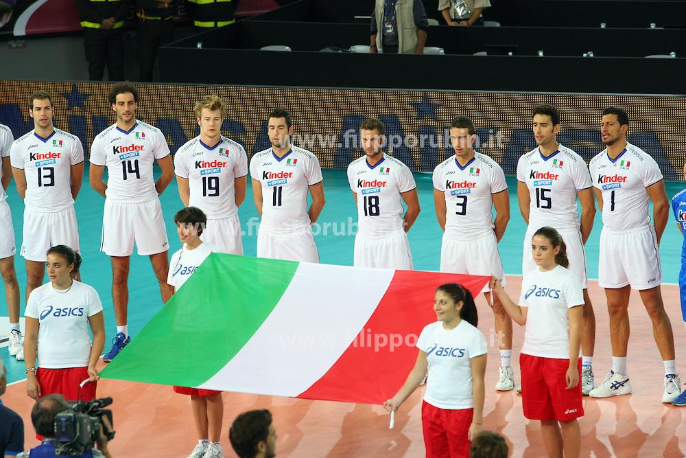 L'ITALIA SCHIERATA DURANTE L'INNO.ITALIA - FRANCIA.VOLLEY 2010.CAMPIONATI MONDIALI PALLAVOLO MASCHILE 2010.ROMA 06-10-2010.FOTO GALBIATI - RUBIN