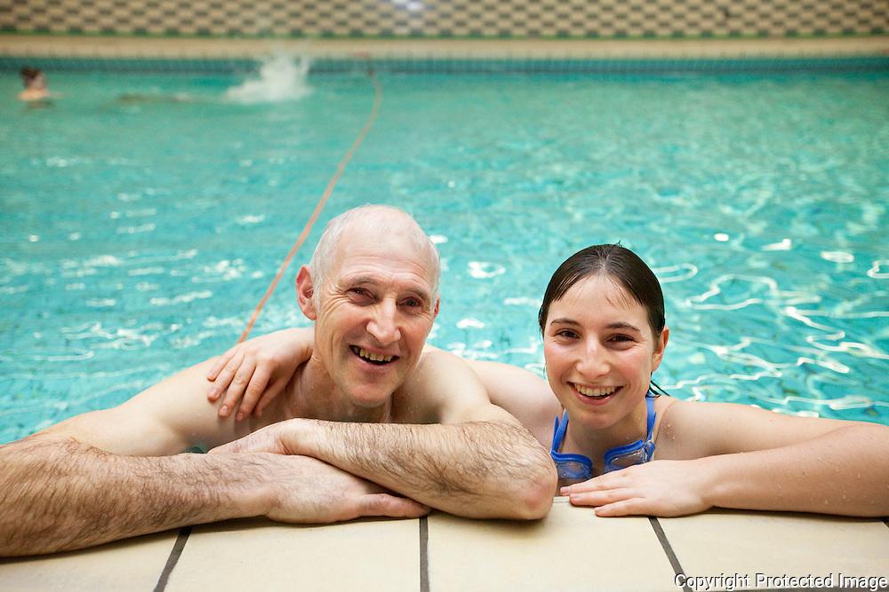 372989-door het druilweer tijdens de kerstvakantie is het aantal zwemmers toegenomen in zwembad pulderbos-andre en tinne verstappen
