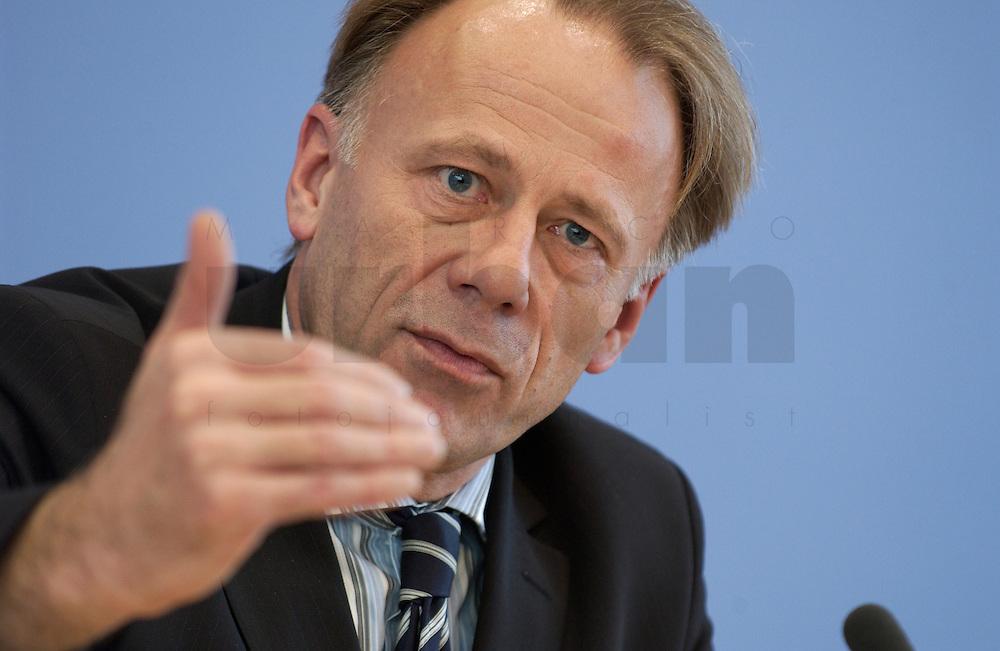 31 MAR 2004, BERLIN/GERMANY:<br /> Juergen Trittin, B90/Gruene, Bundesumweltminister, waehrend einer Pressekonferenz zum Kabinettsbeschuss zum Emissionshandel, Bundespressekonferenz<br /> IMAGE: 20040331-01-021<br /> KEYWORDS: J&uuml;rgen Trittin, BPK