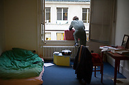 """Octobre 2007. Vie quotidienne au squat """"Cité U Montparnasse"""" ouvert par les associations MACAQ et Jeudi noir."""