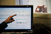 Nederland, Nijmegen,21-10-2010Bij een patient wordt slaaponderzoek gedaan in het umc radboud.Op het beeldscherm is de hersenaktiviteit te zien.Foto: Flip Franssen