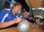 23-08-2008 VOETBAL:WILLEM II:OPENDAG:TILBURG<br /> Niels Vorthoren met naast hem Steef Nieuwendaal tijdens de handtekeningensessie<br /> Foto: Geert van Erven