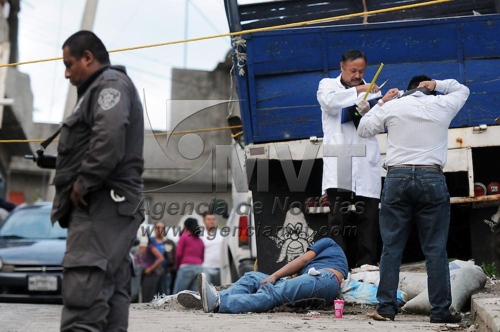 Naucalpan, Mexico.- Un hombre fue asesinado de un disparo en la cabeza en la esquina de San Jose y Juchitan de la colonia San Jose de los leones segunda seccion, peritos de la procuraduria realizan la deligencia de invesigacion. Agencia MVT / Juan Garcia.