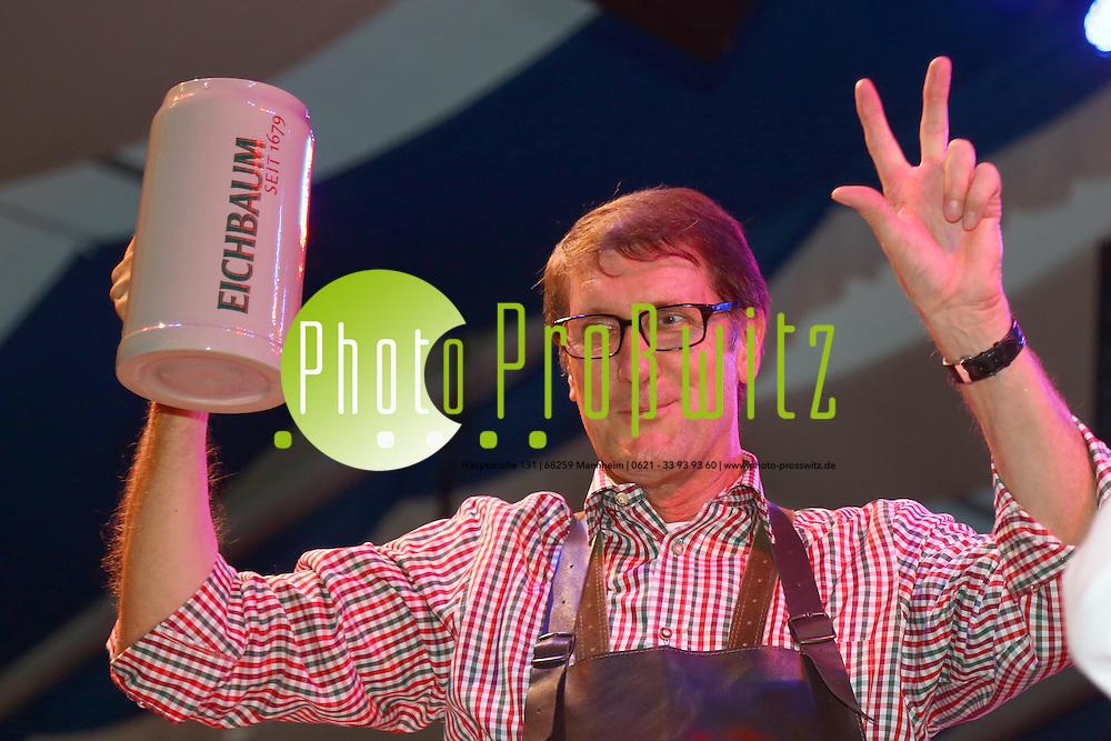 Mannheim. 17.10.14 im ausverkauften Festzelt in der Theodor-Heuss-Anlage in Mannheim jubelten gestern 3.200 Gäste in Lederhose und Dirndl Bürgermeister Michael Grötsch und Veranstalter Arno Kiegele zu, als diese mit einem kräftigen Schlag auf´s Fass das Mannheimer Oktoberfest offiziell eröffneten.<br /> Bild: Markus Proßwitz 17OCT14 / masterpress (Bild ist honorarpflichtig)