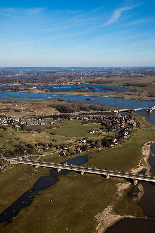 Nederland, Gelderland, Nijmegen, 07-03-2010; Waal met toeritten Waalbrug en het dorp Lent. Waalsprong: aan de noordoever van de Waal, rond het dorp Lent, zal een nieuw stadsdeel gebouwd gaan worden. Ook wordt op deze lokatie een geul uitgegraven, meer landinwaarts ten opzicht van de rivier, om de rivier meer de ruimte te geven, Lent (aan de dijk) komt dan op een eiland te liggen..River Waal with ramps to Waal bridge, left the village of Lent. Waalsprong (jump): on the north bank of the river, around the village of Lent, a new district will be build. And a flood trench will be dug (more inland) to give the river more space. Lent (at the dike) will be located on an island..luchtfoto (toeslag), aerial photo (additional fee required).foto/photo Siebe Swart