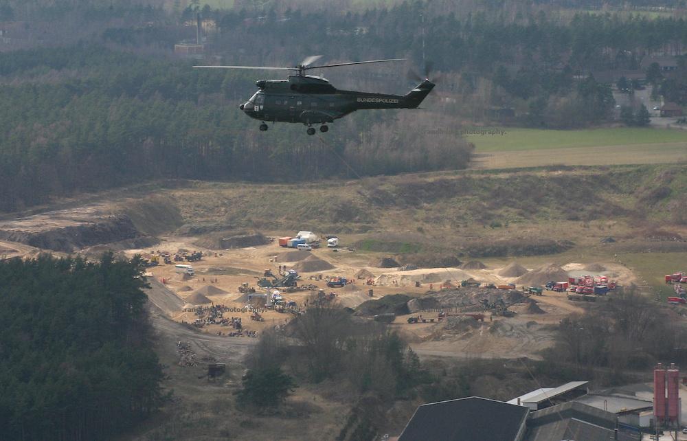 Ein Hubschrauber der Bundespolizei fliegt ein Kieswerk, in dem Freiwillige Sandsäcke gegen das Elbehochwasser befüllen. A support helicopter during the Elbe floods.