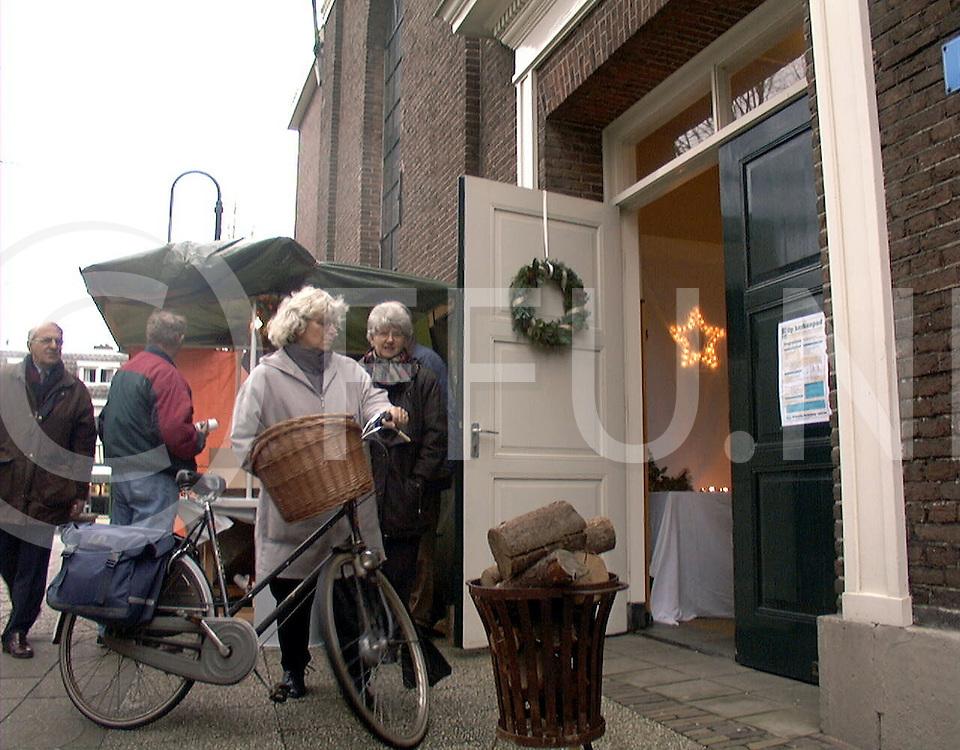 Fotografie Uijlenbroek©1999/michiel van de velde.991211 hardenberg ned.kerkendag in nederland.de deur stond open bij de kerk in de voorstraat