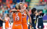 DE HAAG - Vreugde bij Carlien Dirkse van den Heuvel en Ellen Hoog na de wedstrijd tussen de vrouwen van Nederland en Japan (6-1) in de World Cup hockey. rechts Joyce Sombroek. ANP KOEN SUYK