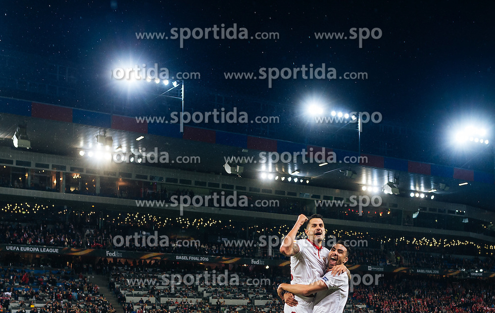 18.05.2016, St. Jakob Park, Basel, SUI, UEFA EL, FC Liverpool vs Sevilla FC, Finale, im Bild Jubel bei Vitolo (FC Sevilla), Iborra (FC Sevilla) // Celebration from Vitolo (FC Sevilla) Iborra (FC Sevilla) during the Final Match of the UEFA Europaleague between FC Liverpool and Sevilla FC at the St. Jakob Park in Basel, Switzerland on 2016/05/18. EXPA Pictures © 2016, PhotoCredit: EXPA/ JFK