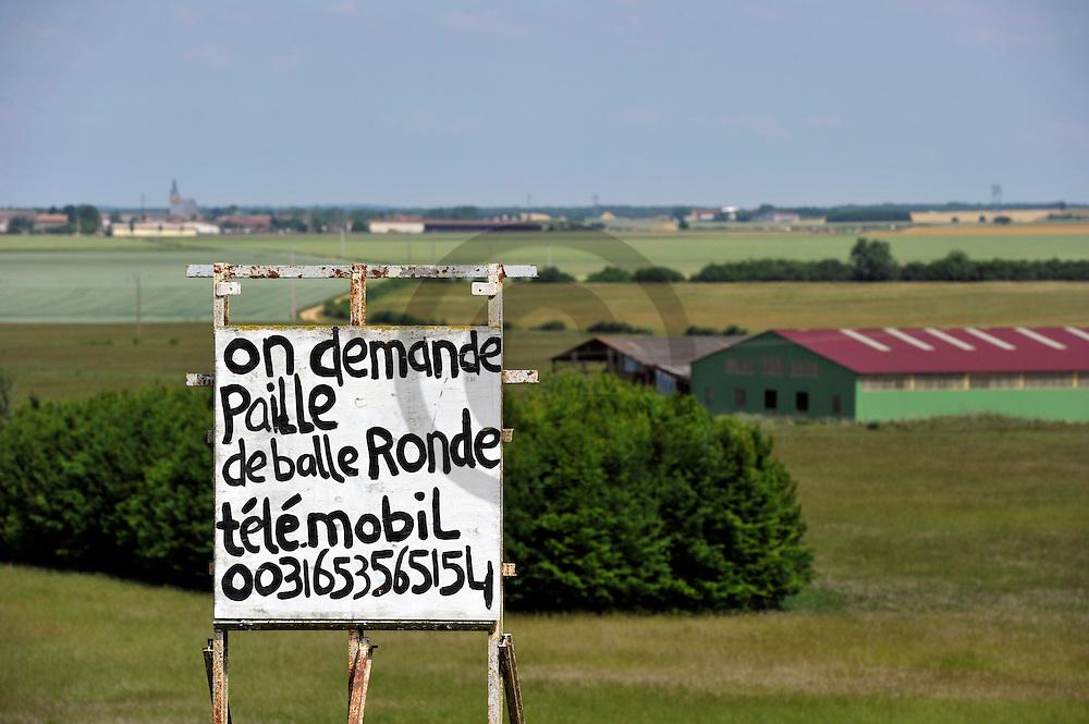 01/06/11 - VERDUN - MEUSE - FRANCE - Agriculteurs a la recherche de pailles suite a la secheresse du printemps 2011. Flouter le numero de telephone pour la publication de cette image - Photo Jerome CHABANNE
