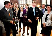 Koning en koningin bezoeken Noordrijn-Westfalen. Koning Willem Alexander  en Koningin Maxima  brengen een bezoek aan MMID / Creatieve Industrie Essen<br /> <br /> King and Queen visit North Rhine-Westphalia.<br /> King Willem Alexander and Queen Maxima visit MMID / Creative Industry Essen<br /> <br /> Op de foto / On the photo: <br /> <br />  Koning Willem Alexander krijgt een rondleiding / King Willem Alexander gets a tour