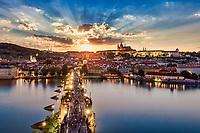 Sonnenuntergang über der Karlsbrücke und der Burg von Prag. Ein Besuch des Altstädter Brückenturms macht es möglich.