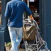 NLD/Amsterdam/20100814 - Danie Bles en partner Joris Ebus en kind Florian winkelend in Amsterdam
