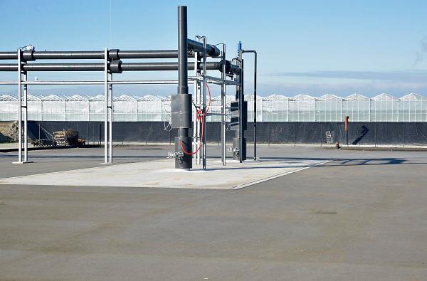 Nederland, Poeldijk, the Netherlands, 7-2-2018Aardwarmte Vogelaer in Poeldijk is een initiatief van een zevental tuinders aan de Vogelaer in Poeldijk. Door het grote aantal klanten is de aanleg van een substantieel warmtenet onderdeel van het project. Beide putten liggen op een diepte van 2.500 meter en onttrekken water van circa 85 graden.  Op deze manier verwachten de aangesloten tuinbouwbedrijven jaarlijks circa 23 kiloton minder C02 uit te stoten en meer dan 13 miljoen m3 aardgas te besparen.Foto: Flip Franssen