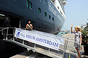 Doop ms Nieuw Amsterdam in Venetie<br /> <br /> Hare Koninklijke Hoogheid prinses Máxima doopt op zondag 4 juli 2010 in Venetië het cruiseschip ms Nieuw Amsterdam van de Holland America Line. Het schip is de tweede in de Signature-klasse. De Nieuw Amsterdam, die plaats biedt aan 2.106 passagiers, wordt gebouwd door de scheepsbouwer Fincantieri-Cantieri Navali Italiani S.p.A. in Marghera, Italië. <br /> <br /> op de foto: Maxima