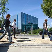 Nederland Rotterdam 18-09-2009 20090918 Foto: David Rozing    .Werknemers maken een wandeling tijdens de lunchpauze op het bedrijvenpark Rivium. De benen strekken.                                                    .Foto: David Rozing