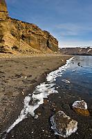 Við Kleifarvatn á sumardaginn fyrsta 2007. Sól og blíða við stillt vatnið. Ís við ströndina og grjót í forgrunni.