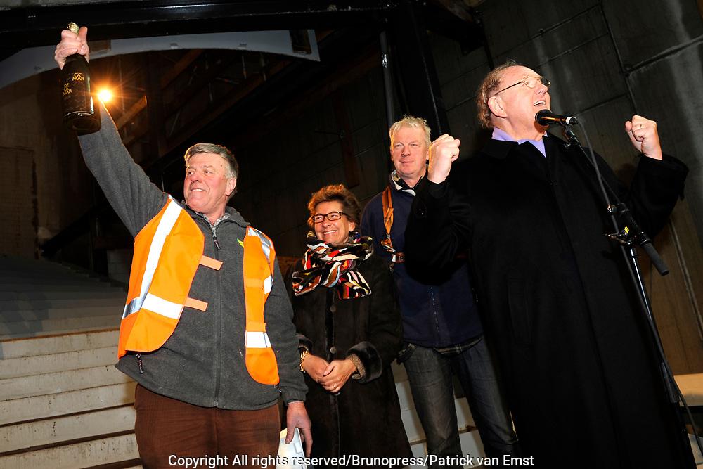 Hoogste Punt De La Mar Theater <br /> Op de foto:<br /> <br />  Joop en Janine van den Ende samen met de bouwopzichters