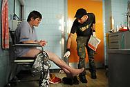 Alltag in der Krankenstube für Obdachlose: Pfleger Alexander Götz behandelt Michaelas offene Beine