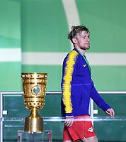 FUSSBALL  DFB POKAL FINALE  SAISON 2018/2019 IN BERLIN RB Leipzig - FC Bayern Muenchen         25.05.2019 SIEGEREHRUNG, Enttaeuschung RB Leipzig; Emil Forsberg geht am DFB Pokal vorbei
