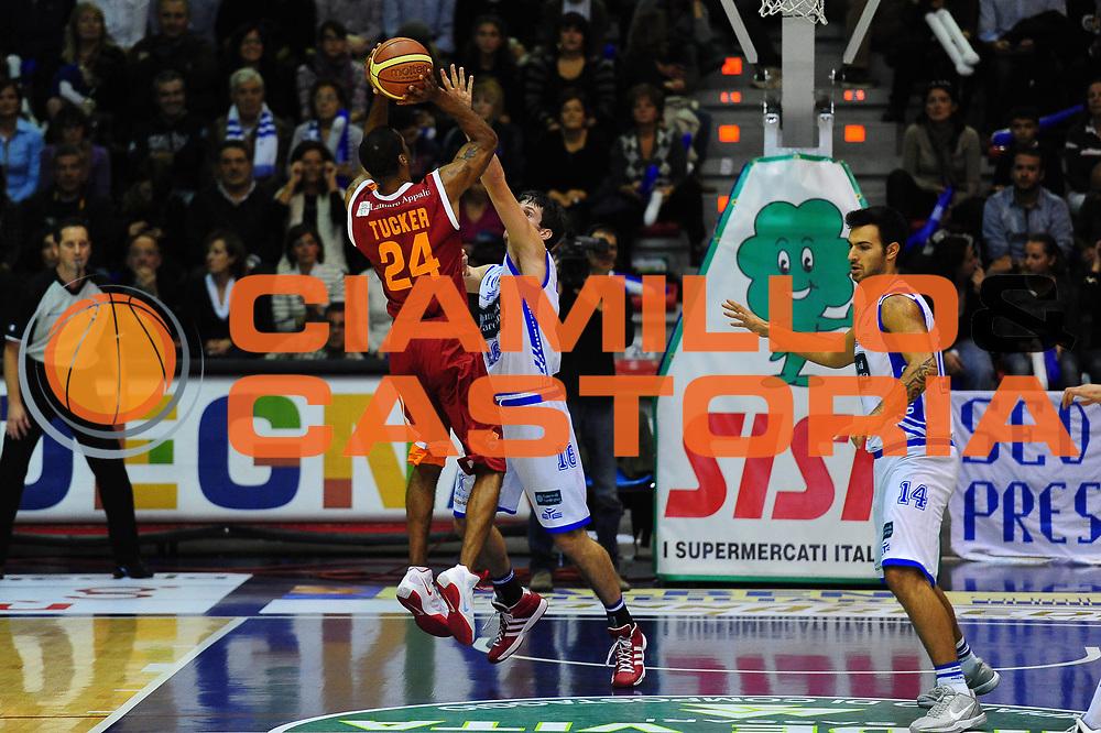 DESCRIZIONE : SASSARI LEGA A 2011-12 DINAMO SASSARI - AGEA ROMA<br /> GIOCATORE : KLAY TUCKER<br /> SQUADRA :DINAMO SASSARI - AGEA ROMA<br /> EVENTO : CAMPIONATO LEGA A 2011-2012 <br /> GARA : DINAMO SASSARI - AGEA ROMA<br /> DATA : 19/11/2011<br /> CATEGORIA : TIRO<br /> SPORT : Pallacanestro <br /> AUTORE : Agenzia Ciamillo-Castoria/M.Turrini<br /> Galleria : Lega Basket A 2011-2012  <br /> Fotonotizia : SASSARI LEGA A 2011-12 DINAMO SASSARI - AGEA ROMA<br /> Predefinita :