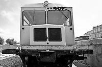 anche questo mezzo adibito al rimorchio, come, del resto tutti i treni che si muovono sulle linee ferroviarie sud Est, è alimentato a gasolio.  Reportage che analizza le situazioni che si incontrano durante un viaggio lungo le linee ferroviarie delle Ferrovie Sud Est.