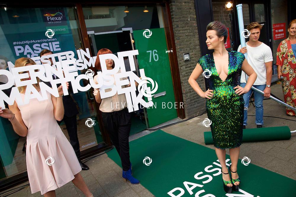 AMSTERDAM - Op 1 juli opent verffabrikant Flexa een speciale brandstore in Amsterdam. Niet alleen presenteert fashion-icoon Victoria Koblenko hier haar eigen Flexa Creations kleurenlijn, ook kunnen bezoekers een digitale 'Colour Reading' ondergaan. Met hier op de foto Victoria Koblenko die een jurk draagt van Dennis Diem geheel gemaakt van 6000 Jewel Beetles (Prachtkevers) en waar meer dan 600 uur handwerk in zit. FOTO LEVIN DEN BOER - PERSFOTO.NU