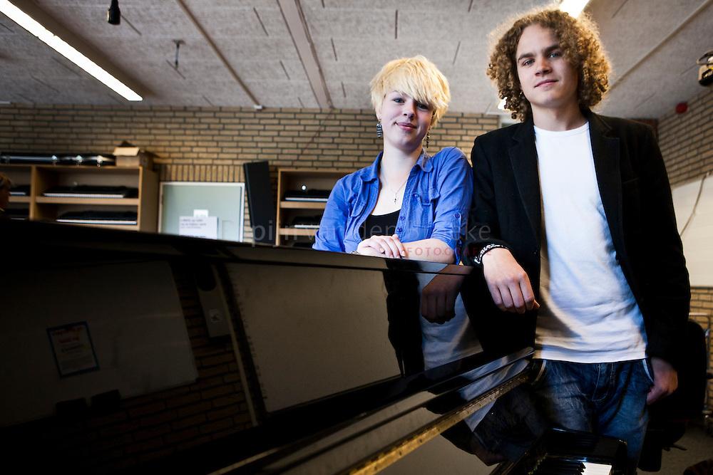Leek 20110530.  Harlynn Bouma en Paul Haseloop na het examen muziek. foto: Pepijn van den Broeke. kilometers: 38