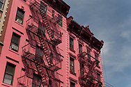 New York aold building in the streets of the west village.   New York - United states  Manhattan  / architecture , les rues du village, immeuble rose et echelle  New York - Etats-unis